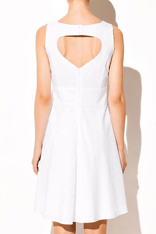 Bílé dámské šaty na široká ramínka
