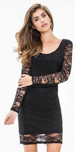 Černé krajkové šaty odhalující záda