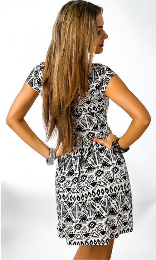 Bílo černé letní krátké šaty s aztéckým vzorem