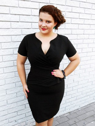 Černé společenské zeštihlující šaty pro plnoštíhlé