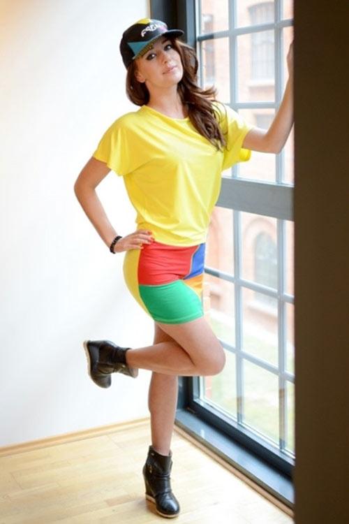 Žluté krátké letní šaty s krátkým netopýřím rukávem