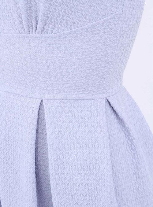 Šaty se zeštihlujícím pásem