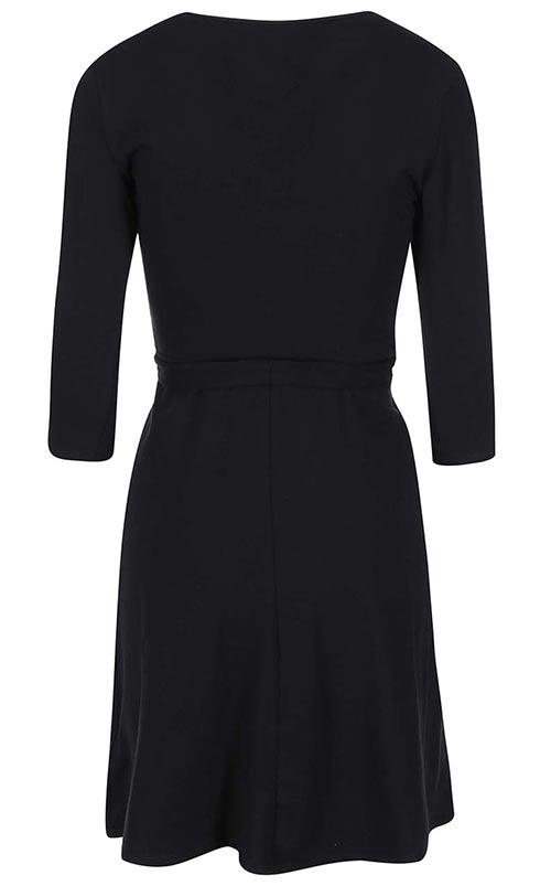 černé šaty s nařasenou sukní