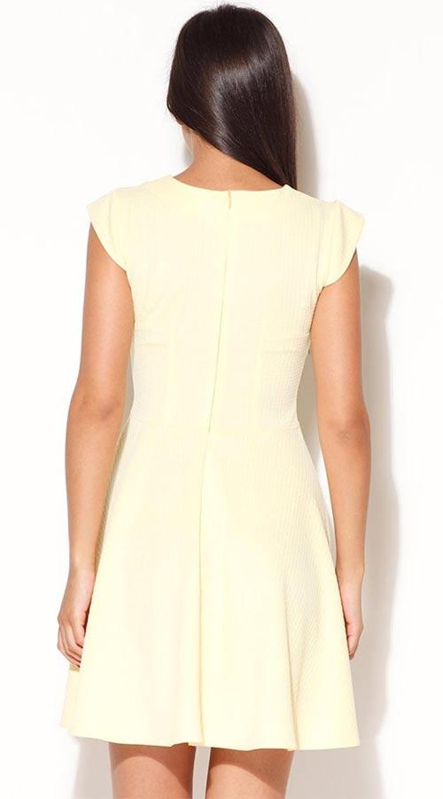 Světle žluté dámské šaty nad kolena