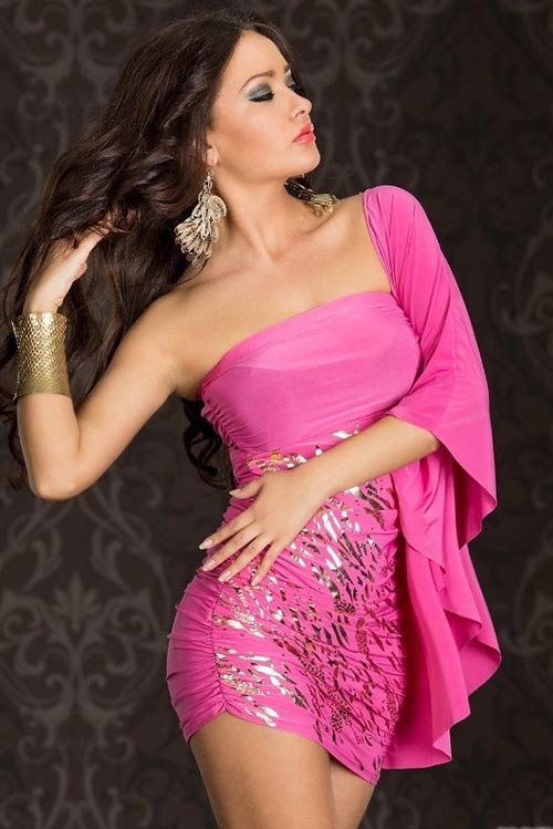 Růžové šaty se zlatým potiskem
