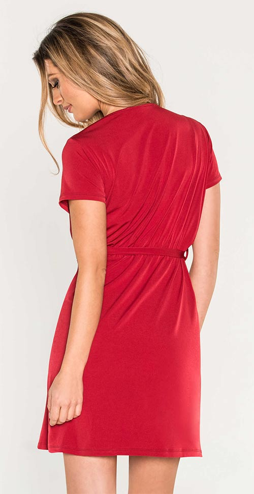 Červené dámské šaty s délkou nad kolena