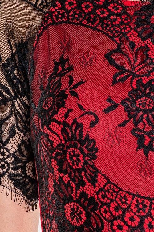 Červené šaty s kontratní černou krajkou