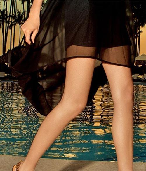 Černé šaty s asymerickou délkou sukně