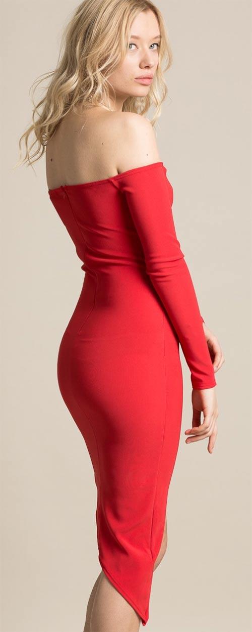 Červené společenské šaty odhalující záda