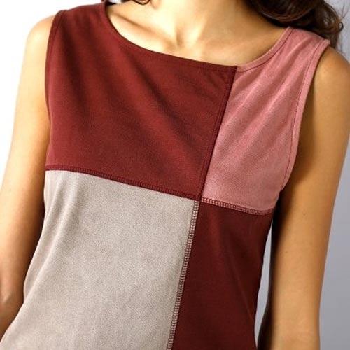 Semišové šaty s geometrickým vzorem