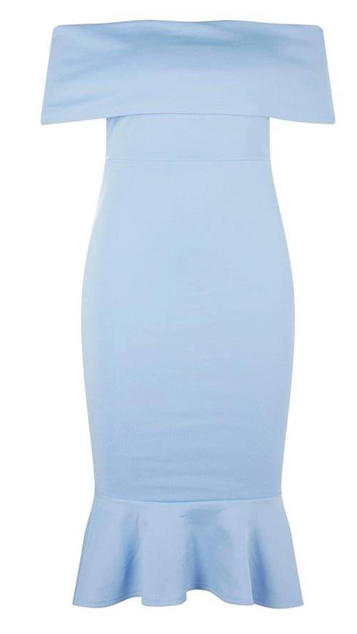 Modré šaty obepínající postavu