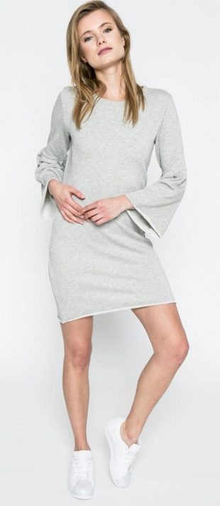 Šaty s volnými netopýřími rukávy