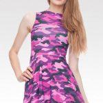 Fialové damské šaty s maskačovým vzorem
