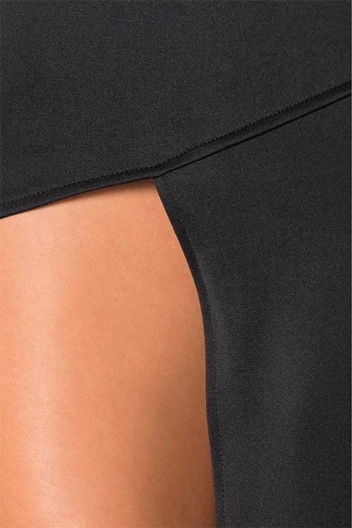 Šaty odhalující jedno stehno