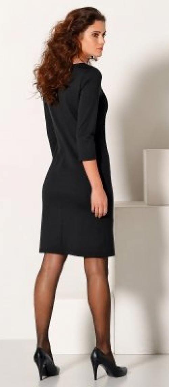 Jednoduché šaty pro plnější tvary