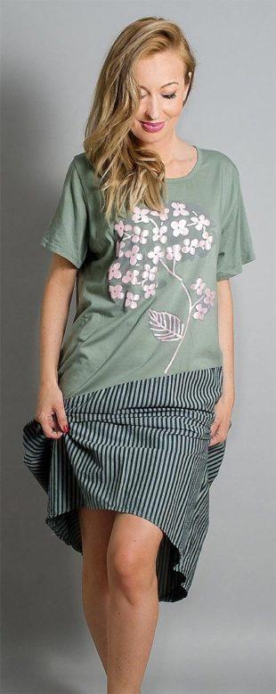 Pohodlné letní šaty s potiskem a proužky
