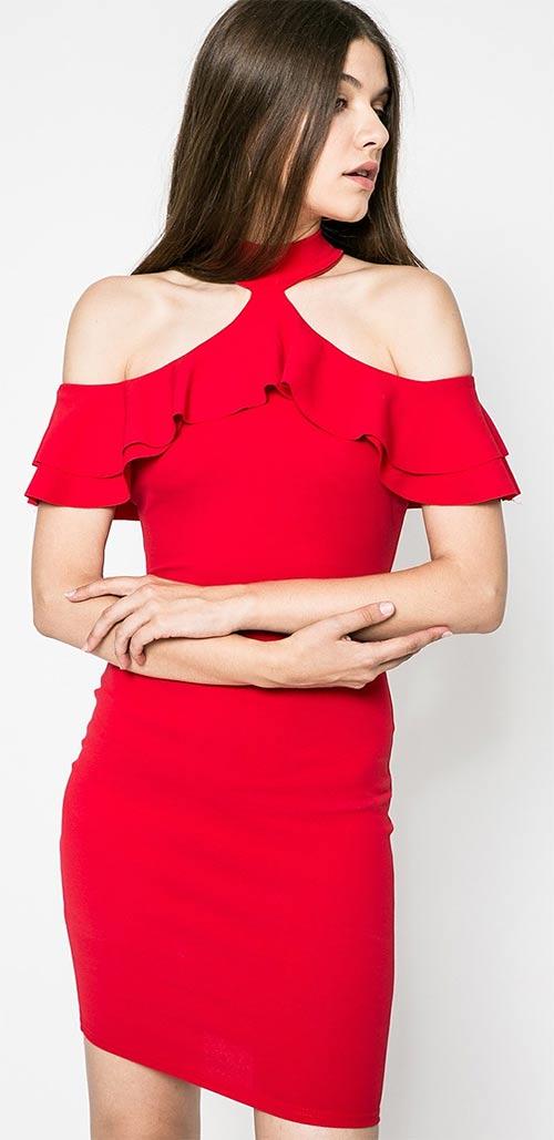 Ozdobné šaty s volány a odhalenými rameny