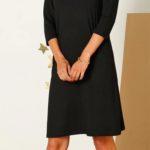 Jednoduché dámské šaty s dekorativním výstřihem