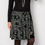 Šaty s potiskem na sukni a jednom rukávu
