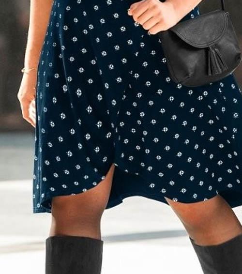 Tmavě modré šaty pro baculky