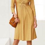 Žluté šaty nadměrných velikostí