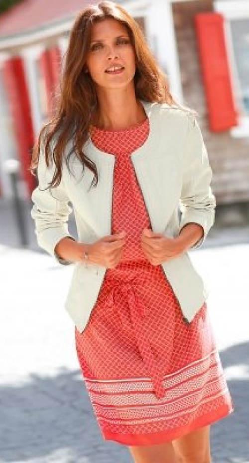 Růžové šaty k bílému saku