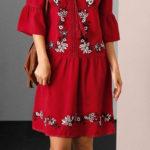 Červené šaty s květinovou výšivkou