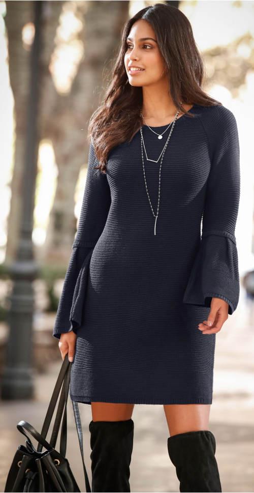 Volné pletené šaty s volánovým rukávem