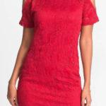Krajkové šaty s průstřihy na ramenou