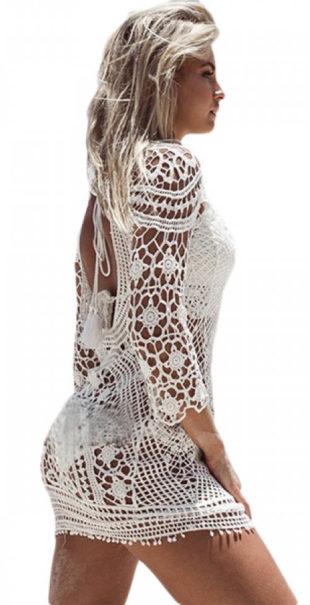 Bílé šaty přes plavky z háčkované krajky