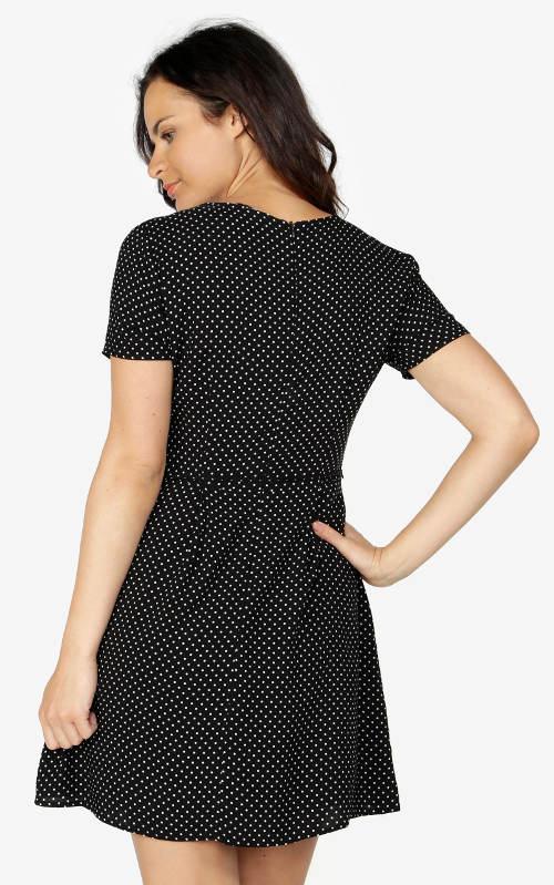 Černé šaty s drobnými bílými puntíky
