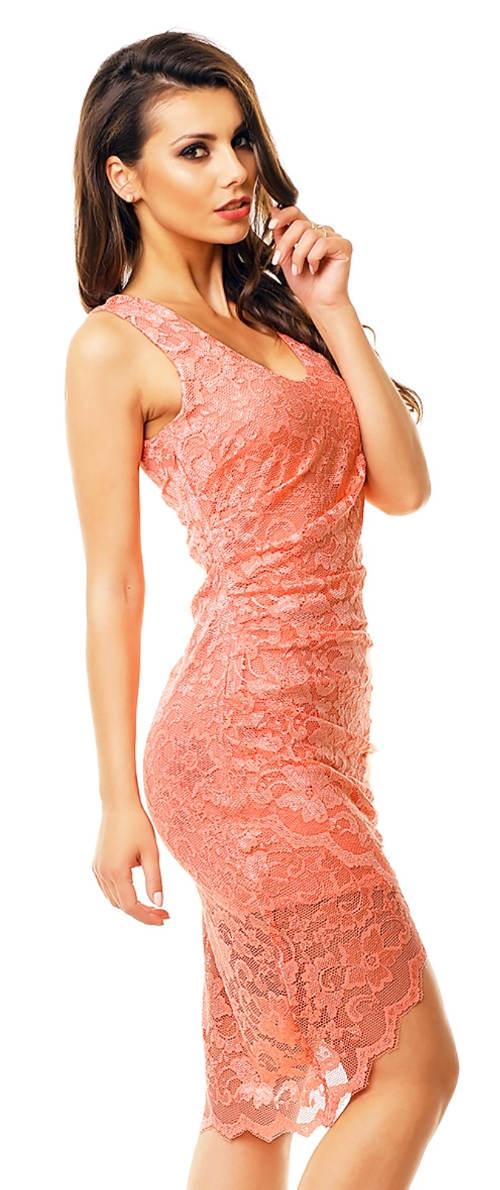 Růžové krajkové šaty na svatbu