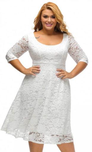 Bílé krajkové šaty pro plnoštíhlé