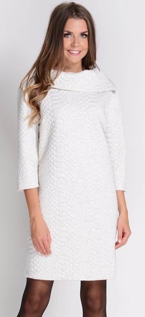 Bílé zimní šaty ke kozačkám