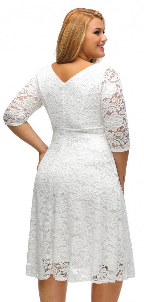 Krajkové šaty pro plnější tvary