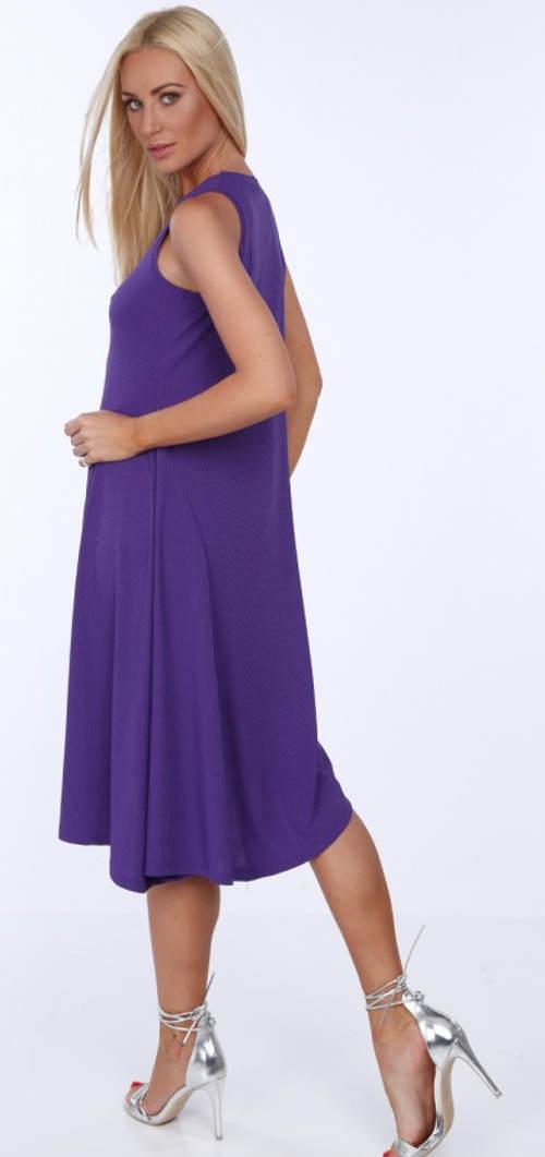 Volné fialové šaty pod kolena