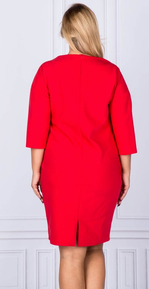 Červené šaty pro plnější tvary