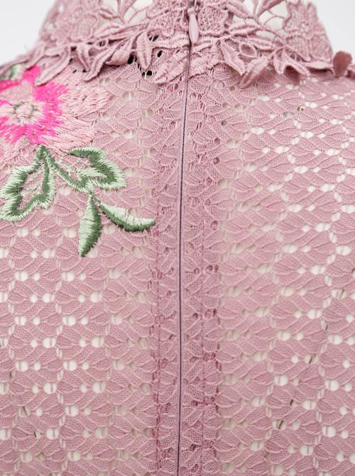 Krajkové šaty s květinovou výšivkou