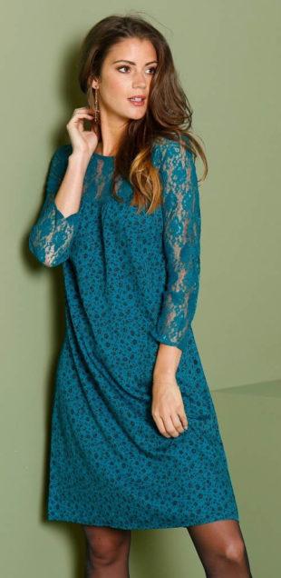 Modré dámské šaty s krajkovými rukávy