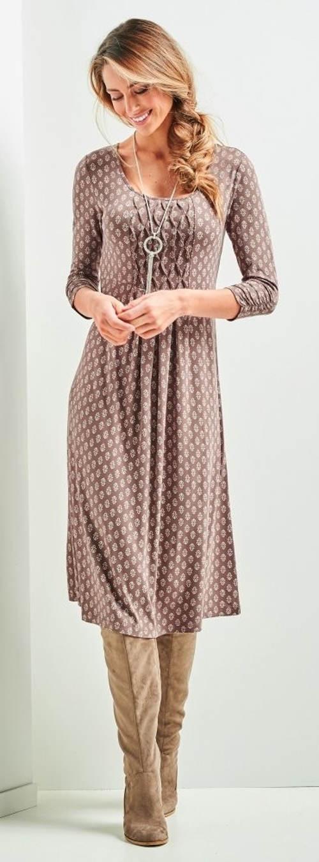 Úpletové šaty se sklady pod prsy