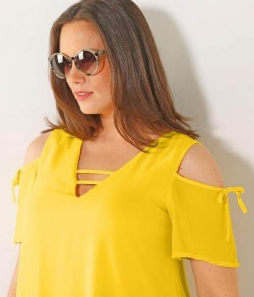 Žluté šaty s průstřihy na ramenou