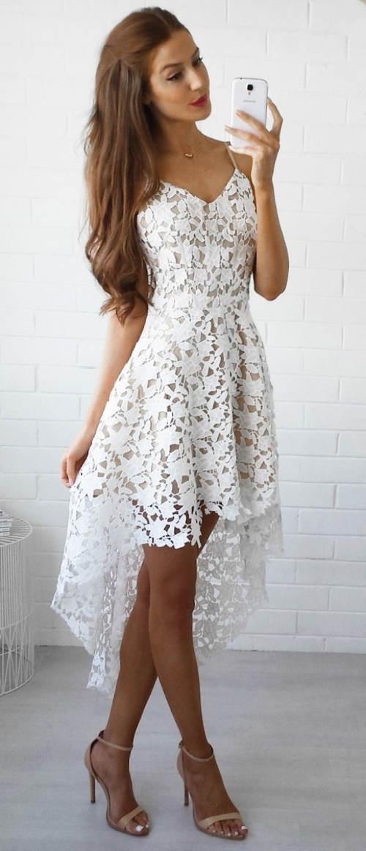 Bílé společenské šaty s prodlouženou zadní sukní