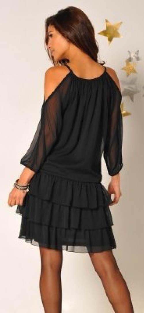 Šaty s průstřihy a průsvitnými rukávy