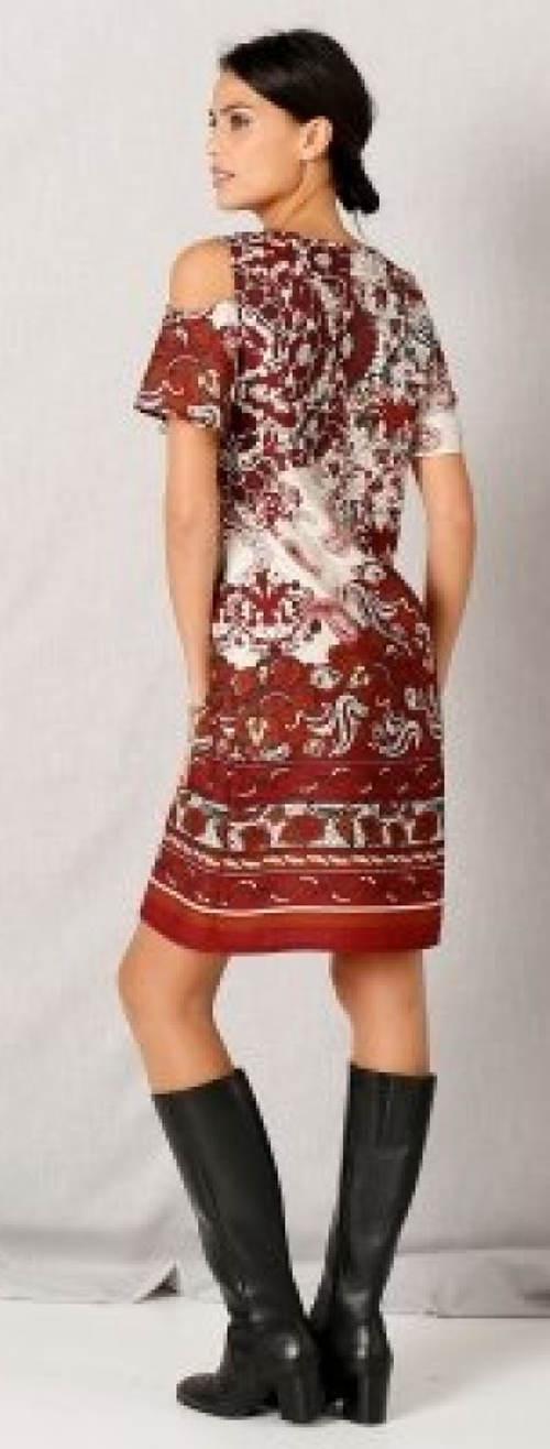 Šaty uvolněného střihu odhalující ramena