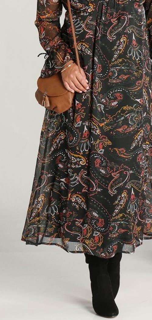 Dlouhé šaty s potiskem ke kozačkám