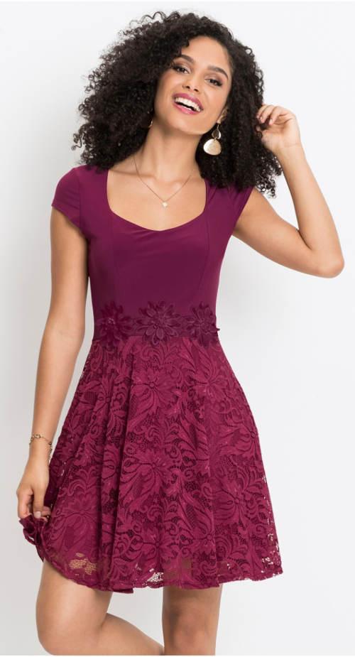 Fialové šaty s krajkovou aplikací v pase