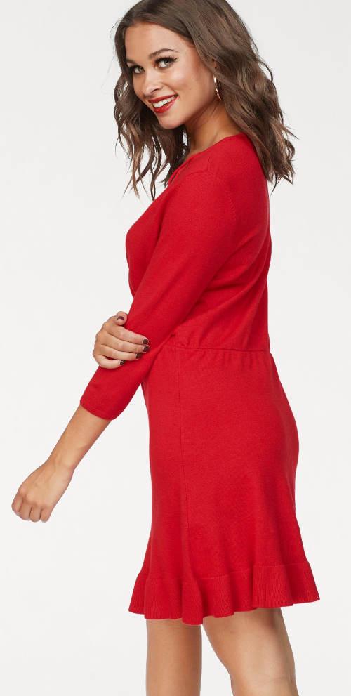Jednobarevné červené šaty na podzim