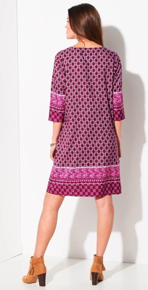 Jednoduché fialové dámské šaty s potiskem