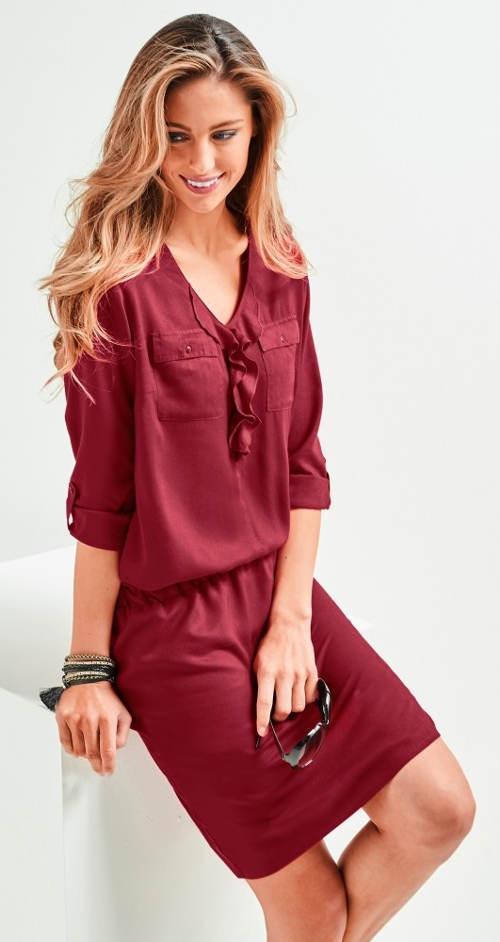 Vínové šaty s drobným volánkem ve výstřihu
