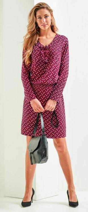 Nabírané fialové dámské šaty s gumou v pase
